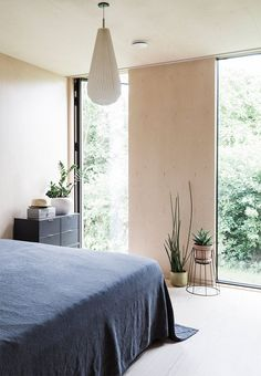Cool and calm bedroom in veneer with simple details and direct access to the garden.
