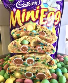 Try this Cadbury Mini Egg Easter Cookie Cake for your family's Easter dessert! It's an easy recipe that all your guests and family will enjoy for Easter dinner, especially if they're fans of Cadbury Mini Eggs! Mini Eggs Cookies, Nutella Cookies, Easter Cookies, Easter Treats, Oreo Cookies, Stuffed Cookies, Mini Egg Recipes, Easter Recipes, Baking Recipes