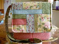 Tutorial for a patchwork mini messenger bag Sewing Tutorials, Sewing Crafts, Sewing Projects, Free Tutorials, Sewing Patterns, Quilted Purse Patterns, Patchwork Patterns, Crochet Projects, Patchwork Bags
