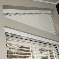Maatwerk oplossingen vind je bij Zonnelux. Ook bijzondere raamvormen verdienen een sieraad. Passende raamdecoratie is echt de finishing touch bij een mooi interieur. Triangle Window, Ramen, Blinds, New Homes, Windows, Curtains, House, Home Decor, Ladder