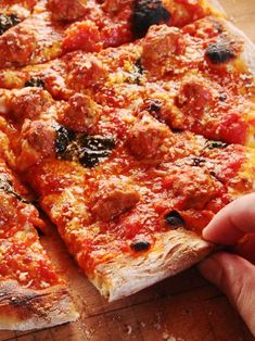 Excellent Italian-American meatball pizza starts with the best meatballs—the rest is pretty easy. High Protein Vegan Recipes, Healthy Recipes On A Budget, Low Carb Dinner Recipes, Appetizer Recipes, Breakfast Recipes, Meatball Pizza Recipes, Fire Cooking, Pizza Pizza, Serious Eats