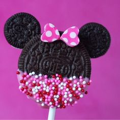 Minnie Mouse Cookie Pops- Easy No Bake Minnie Mouse OREO Cookie Pops recipe. Cute for a Disney birthday party or Valentine's Day treat. No bake, simple fun food craft. Easy No Bake Minnie Mouse OREO Cookie Pops Decoration Minnie, Minnie Mouse Birthday Decorations, Minnie Mouse Theme Party, Minnie Mouse First Birthday, Mickey Mouse Birthday, Minie Mouse Party, Mickey Mouse Crafts, Mickey Mouse Centerpiece, Minnie Mouse Balloons