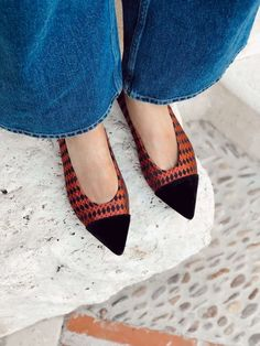 Its classic, stylish and perfect for your fall office looks and after work parties. Momoc shoes are vegan, sustainable and ethical fashion shoe made in Spain. . . . . . . . . . #momoc #momocshoes #planetblog #blackvelvet #falloutfit #officelook #party #veganshoes #sustainablefashion #fallfashion