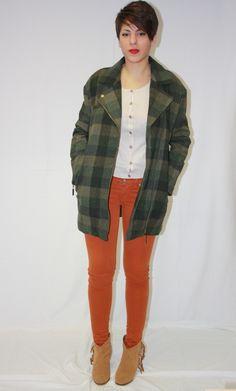 Abrigo corto, cremallera lateral, bolsillos frontales.