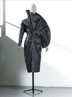 """Robe """" Soja """",  Anne-Marie Beretta Don de Madame Anne-Marie Beretta Automne - Hiver 1983 - 1984 Taffetas de fibres artificielles faconnées GAL1988.141.1 Palais Galliera, musée de la Mode de la Ville de Paris"""
