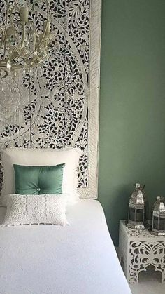 (Arabische) Slaapkamer ideeen / idea for Taliesan's bedroom Because the decor can also allow us to escape, place in oriental style with this traditional Moroccan suspension -/- Fashionable Muslim Clothing for All Women \. Morrocan Decor, Moroccan Bedroom, Moroccan Interiors, Bedroom Green, Bedroom Decor, Bedroom Ideas, Oriental Bedroom, Zen Room, Woman Bedroom