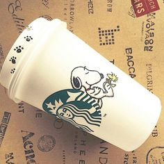 starbucks snoopy and woodstock Snoopy The Dog, Snoopy Love, Charlie Brown And Snoopy, Snoopy And Woodstock, Arte Starbucks, Starbucks Cup Drawing, Starbucks Cup Art, Starbucks Coffee, Peanuts Gang