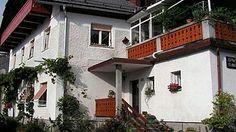 Objekt, ki nudi apartmaje, se nahaja le 100m od avtobusne in ski bus postajališča v centru Bovcu. O tem tudi na www.viaSlovenia.com, kategorija apartmaji Bovec.