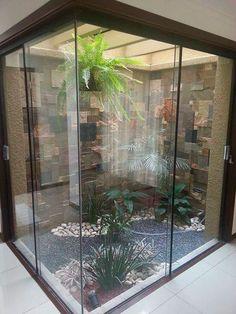 Jardim de Inverno na Sala: 25 Inspirações para Transformar a Sua Casa! Indoor Zen Garden, Indoor Courtyard, Internal Courtyard, Atrium Garden, Atrium Design, Courtyard Design, Garden Design, House Design, Courtyard Ideas