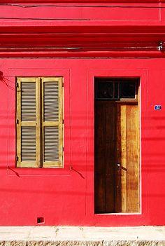 fachada vermelha da casa.