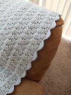 Easy blanket that is also pretty! Free crochet pattern.