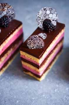 Blackberry Opera Patisserie Makes Perfect Opera Patisserie, Mini Patisserie, Boutique Patisserie, Baking Recipes, Cake Recipes, Dessert Recipes, Mini Cakes, Cupcake Cakes, Cupcakes