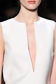 Low-cut neckline, usually V-shaped, extending to the level of the breasts or to the waist. Lower than decollete. Minimal Chic, Minimal Fashion, White Fashion, Look Fashion, Fashion Details, Fashion Beauty, Womens Fashion, Fashion Design, Fashion Trends