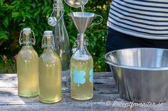 Flädersaft som hälls upp på saftflaskor Parfait, Glass Vase, Bottle, Decor, Decoration, Flask, Decorating, Jars, Deco