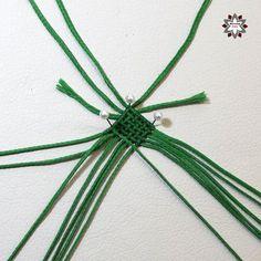 Tutorial: Grid pattern bracelet – Macramotiv Macrame Necklace, Macrame Jewelry, Macrame Bracelets, Diy Friendship Bracelets Patterns, Paper Crafts, Diy Crafts, Diy Tutorial, Mandala, Projects To Try