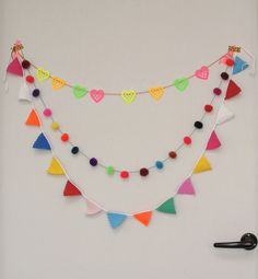 Haakpatroon: Slinger / How to make an easy crochet bunting (pattern) – ROESThaakt Crochet Home, Love Crochet, Beautiful Crochet, Diy Crochet, Crochet Crafts, Simple Crochet, Crochet Bunting Pattern, Crochet Garland, Crochet Decoration