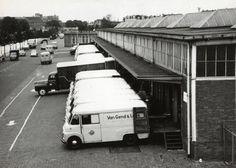 25-07-1961. Gezicht op de goederenloods van Van Gend & Loos aan de Cruquiuskade te Amsterdam, met een groot aantal bestelauto's van Van Gend & Loos.