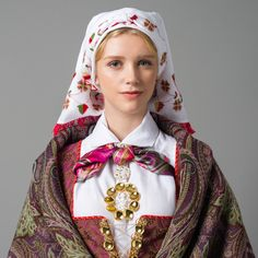 Shawl for bunad from Åmli, Norway, in Aust-Agder (East Agder) Norwegian Clothing, Costumes Around The World, Spring Outfits Women, Folk Costume, People Of The World, World Cultures, Traditional Dresses, Norway, Female