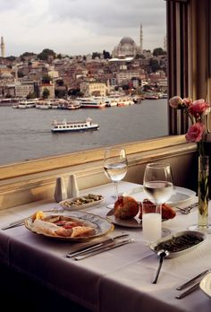 Experience the ultimate waterfront dining experience on the Bosphorus River in #Istanbul, #Turkey! Enjoy a delectable meal and refreshing glass of wine as you look out to the famous landmark, the Aya Sofia!