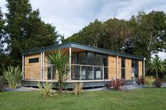 Prefab homes kits that sustainable and affordable. Find modern prefab / prefabricated modular homes plans / designs / ideas eco-friendly here. Cheap Prefab Homes, Small Prefab Homes, Affordable Prefab Homes, Prefab Modular Homes, Prefab Cabins, Prefabricated Houses, Tiny Homes, Eco Homes, Small Manufactured Homes