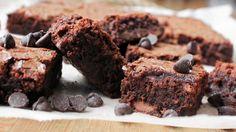 Verdens beste brownies400 gram sukker 240 gram meierismør 4 egg 50 gram kakao 200 gram kokesjokolade 200 gram melkesjokolade 1 ts salt 1 ts bakepulver 120 gram mel