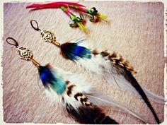 Pendiente  de plumas con pluma de pavo real en latón por Amanur