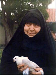 Gerondissa Makrina avec un pigeon