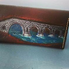 Γυναικείο πορτοφόλι με το γεφύρι της Άρτας σκαλιστό σχέδιο σε δέρμα και ραμμένο στο χέρι.
