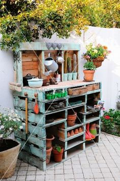 déco jardin avec meubles shabby chic: Potting bench made out of pallets. Really pretty ideas on this Outdoor Projects, Pallet Projects, Garden Projects, Home Projects, Palette Deco, Potting Tables, Plant Table, Garden Table, Garden Benches
