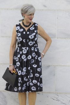 The best way to usher in a new spring fashion outfits is with clothes and accessories that are feminine, modern and extremely wearable. Over 50 Womens Fashion, Fashion Over 50, Casual Work Outfits, Simple Dresses, Fashion Outfits, Fashion Tips, Spring Outfits, Spring Fashion, Ideias Fashion