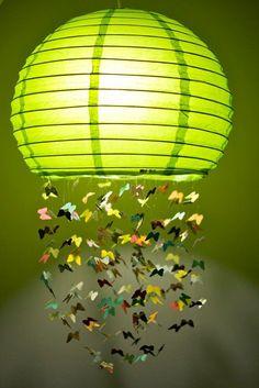 Materiais     1 lanterna oriental redonda; cola quente; miçangas de pérola variadas; furador de papel em formatos de flor e borbol...
