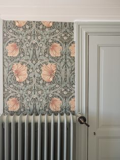 home hallway decor William Morris Tapet, William Morris Wallpaper, Morris Wallpapers, Kitchen Wallpaper, Home And Deco, Room Colors, Victorian Homes, Interior And Exterior, Sweet Home