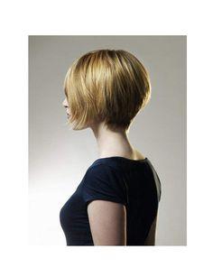 La nuque dégagéeLes mèches placées à l'arrière de la tête sont conservées longues jusqu'à la nuque pour obtenir un joli bombé.