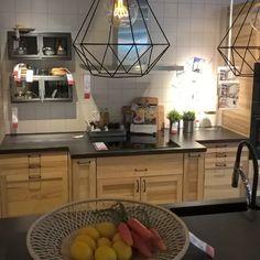 nouvelle cuisine ikea torhamn cuisine avec portes et tiroirs en fr ne naturel combin s avec des. Black Bedroom Furniture Sets. Home Design Ideas