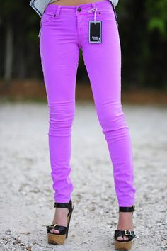 I NEED these neon purple skinny jeans! Look Fashion, Teen Fashion, Womens Fashion, Young Fashion, Purple Fashion, College Fashion, Fashion Black, Petite Fashion, Rockabilly