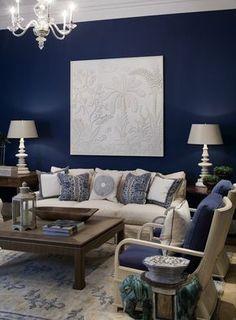 Если вы решились на использование глубоких синих оттенков в отделке стен, то делать это нужно, как ни странно, в небольших помещениях. Границы визуально растворятся, словно в ночной мгле, и комната будет выглядеть камерно и уютно. Такой прием подходит для кабинетов, небольших спален, библиотек.