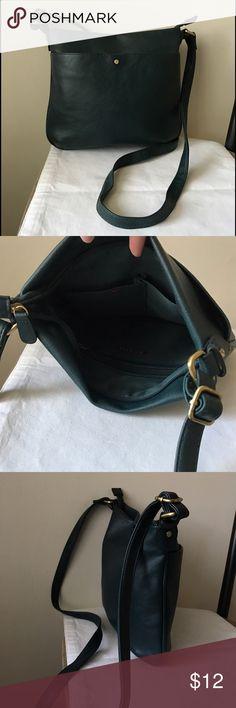 Merona hunter green crossbody bag Hunter green crossbody bag - adjustable strap - zipper closure - great condition! Merona Bags Crossbody Bags
