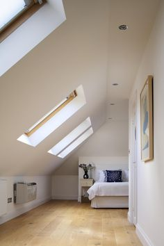 Loft Conversion is working pretty there and offering quite a lot of space Mehr Attic Master Bedroom, Attic Bedrooms, Bedroom Loft, Attic Loft, Loft Room, Loft Conversions, Attic Conversion, Loft Bathroom, Attic Apartment