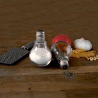 Solniczka i pieprzniczka żarówka - świetny design  #przyprawy #solniczka #kuchnia #jadalnia #design