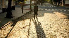 LUMINARIS/  En un mundo en el que la luz reina y marca el ritmo de la vida, un hombre común tiene un plan que puede cambiar el rumbo de las cosas.  In a world controlled and timed by light, an ordinary man has a plan that could change the natural order of things.