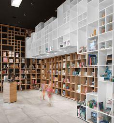 Dit zijn de mooiste winkelinterieurs van 2015 | Boekenwinkel in Trieste - Sono Architects | ELLE Decoration NL