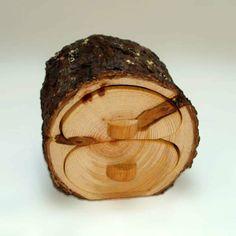 Joyero de madera. Joyero de madera de pino-Pinus pinaster-de dos cajones. La corteza esta barnizada. Los frentes están pulidos con cera de abeja.
