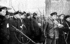 Na een poging om een staatsgreep te doen voor een generaal op 20 oktober , keerde Lenin weer terug , hij richtte de Rode Garde op . Zij pleegde op 7 november 1917 de Rode Garde een staatsgreep. Dit staat bekend als de Oktoberrevolutie. Lenin is nu de baas van Russische Communistische Partij , en in feite van heel Rusland. Al snel snel sloot hij vrede met de Duitsers en hun bondgenoten en Rusland trok zich in 1918 terug uit de Eerste Wereldoorlog.