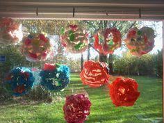lampionnen gemaakt door leerlingen van groep 8 van pur /bouwschuim. De bouwschuim op een ballon spuiten, laten drogen en daarna verven.