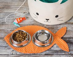 DIY Pet Dish Mat Vorlage und Tutorial – Crafts for work - Katzenbilder Dog Crafts, Sewing Crafts, Sewing Projects, Pet Shop, Dog Food Mat, Diy Pet, Cat Food Brands, Cat Mat, Animal Projects