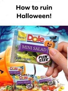 Funny - Halloween Trick-or-Treat 🤣🎃 Halloween Jokes, Healthy Halloween, Halloween Candy, Happy Halloween, Haunted Halloween, Halloween Season, Halloween Stuff, Mint Salad, Fun Size