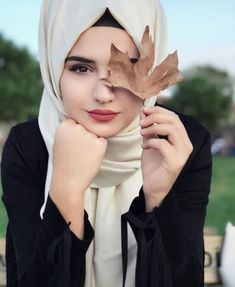 Shared by princess. Find images and videos about girl and hijab on We Heart It - the app to get lost in what you love. Beautiful Hijab Girl, Beautiful Muslim Women, Beautiful Girl Photo, Cute Girl Photo, Stylish Hijab, Modest Fashion Hijab, Fashion Muslimah, Hijab Chic, Muslim Girls Photos