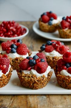 Enjoy your granola on-the-go with a quick-fix recipe for Muffin Tin Granola Cups loaded with your choice of yogurt and fresh fruit. They're chewy. They're crunchy. And they're your new breakfast essential: Muffin Tin Granola Cups. Breakfast And Brunch, Breakfast Muffin Tins, Breakfast Fruit, Muffin Cups, Granola Cups Recipe, Recipe Cups, Recipe Tin, Bread Pudding With Apples, Muffin Tin Recipes