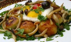 Brambory opečeme na pánvi s olivovým olejem do křupava. Osolíme, opepříme a posypeme petrželkou.Na druhé pánvi rozpustíme kousek másla s trochou... Baked Potato, Potatoes, Chicken, Meat, Baking, Ethnic Recipes, Food, Bakken, Eten