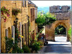 Domme (Dordogne) - dans les plus beaux villages de France -Au fil de l'eau : la Dordogne - Insolite : les grottes à concrétions Panoramas : la vue sur la vallée de la Dordogne et ses sites touristiques